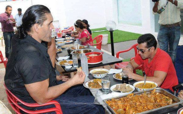 Caught-on-cam--SK-having-lunch-with-The-Great-Khali-167